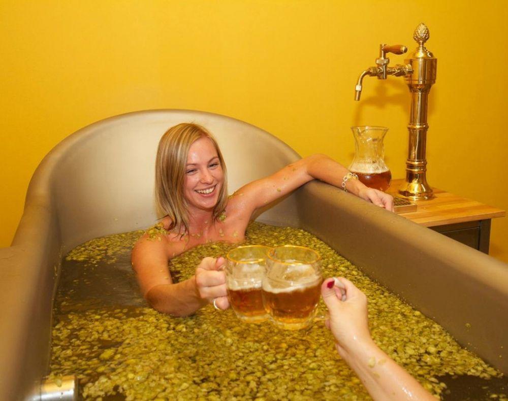 Девушка принимает ванну, попивая шампанское  258262
